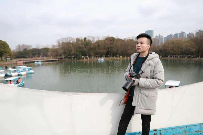 Aziatische Chinese mensenfotograaf in park stock afbeeldingen