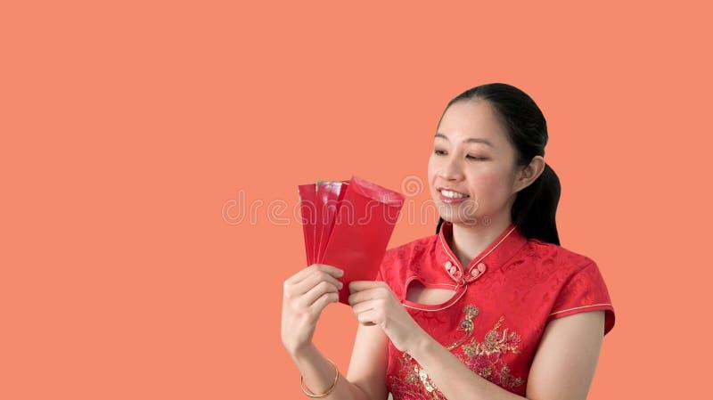 Aziatische Chinese nieuwe het jaar rode traditionele costime van het vrouwen gelukkige gezicht stock afbeelding