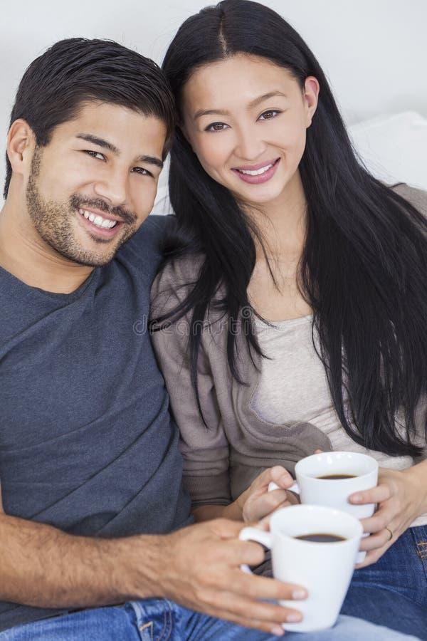 Aziatische Chinese Paar het Drinken Thee of Koffie thuis stock foto's