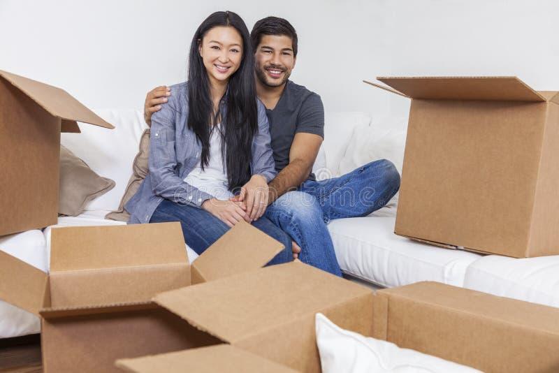 Aziatische Chinese Paar Uitpakkende Dozen die Huis bewegen stock afbeeldingen