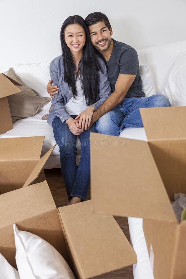 Aziatische Chinese Paar Uitpakkende Dozen die Huis bewegen stock fotografie