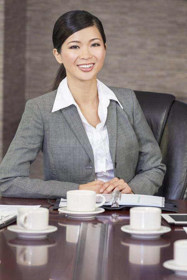 Aziatische Chinese Vrouw of Onderneemster in Bestuurskamer royalty-vrije stock afbeeldingen
