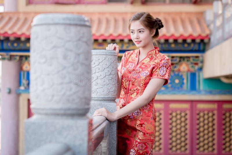 Aziatische Chinese vrouw in Traditionele Chinees royalty-vrije stock afbeelding