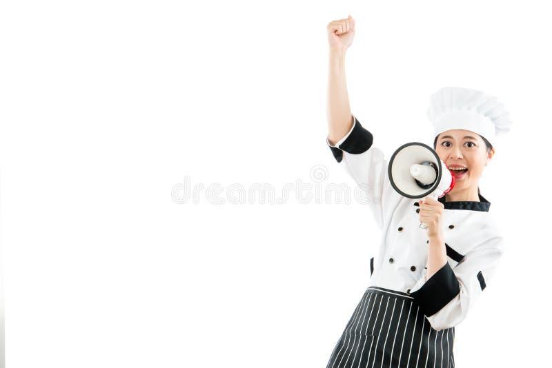 Aziatische Chinese vrouwelijke chef-kok die de megafoon houden royalty-vrije stock afbeelding
