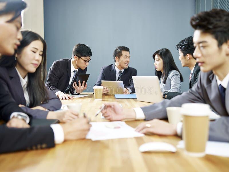 Aziatische collectieve mensen die zaken in vergadering bespreken stock foto