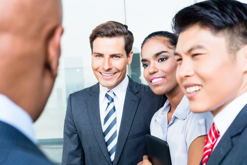 Aziatische commerciële teambespreking aan Indische CEO royalty-vrije stock afbeeldingen