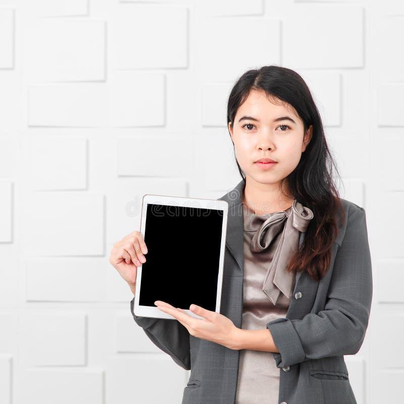 Aziatische dame in toevallige zaken, tablet ter beschikking royalty-vrije stock foto's