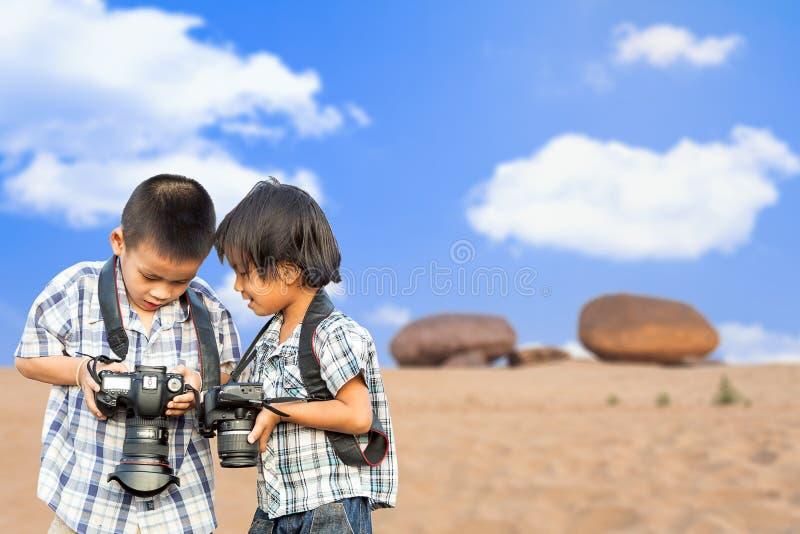 Aziatische de fotocamera van de kindholding stock afbeelding