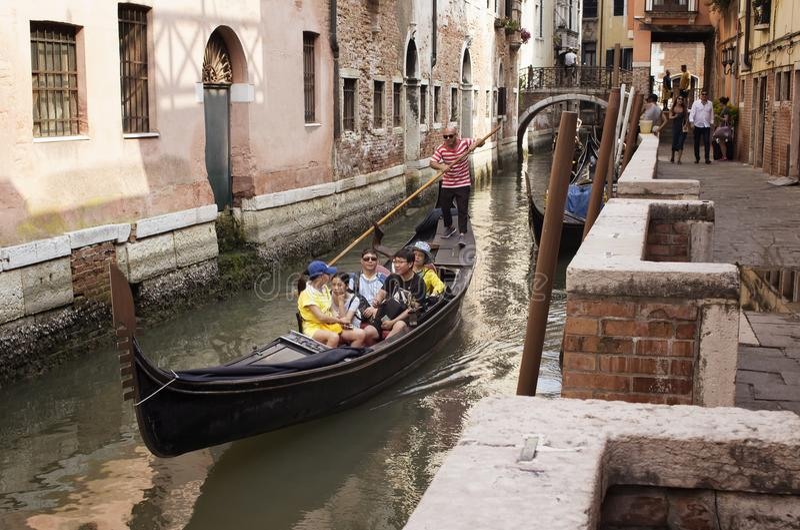 Aziatische de gondelreis van de familierit in Venetië stock afbeeldingen