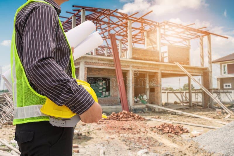 Aziatische de ingenieursarbeiders van de bedrijfsmensenbouw bij bouwterrein stock afbeelding