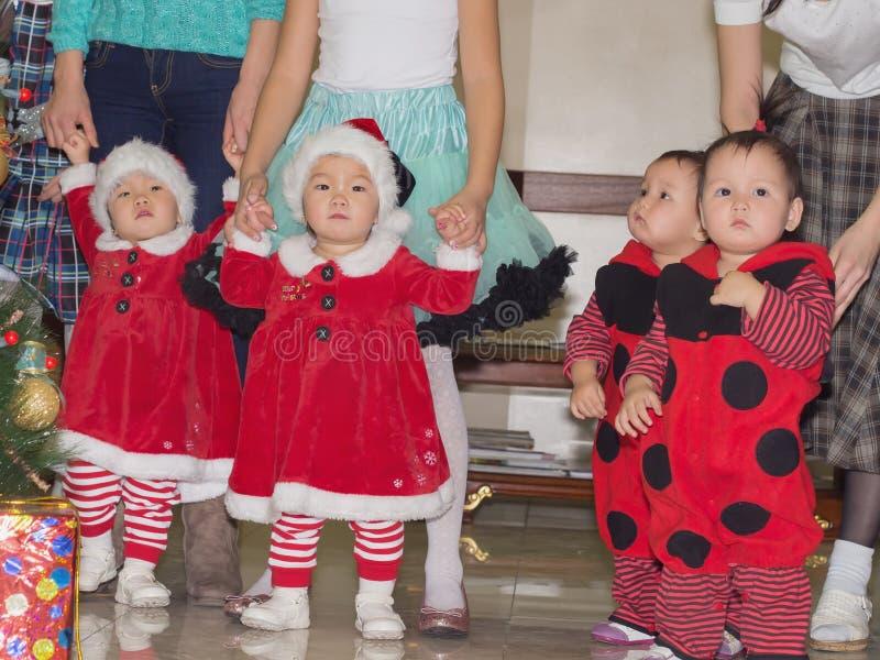 Aziatische de meisjestweelingen van de kinderenbaby samen bij vieringskerstmis royalty-vrije stock afbeeldingen