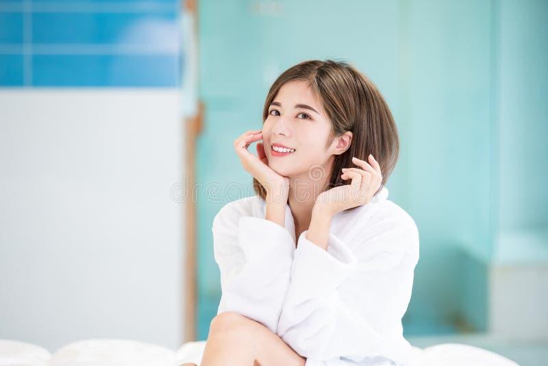 Aziatische de zorgvrouw van de schoonheidshuid stock foto