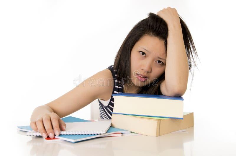 Download Aziatische Die Studente Op Handboeken Wordt Overgewerkt Stock Afbeelding - Afbeelding bestaande uit koreaans, bureau: 39103987