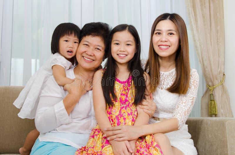 Aziatische drie generatiesfamilie royalty-vrije stock foto