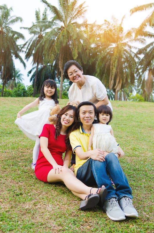 Aziatische drie generatiesfamilie stock afbeelding