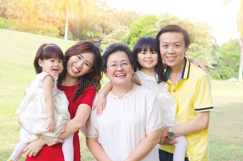 Aziatische drie generatiesfamilie stock foto
