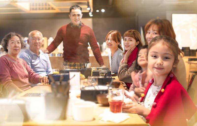 Aziatische familie die diner hebben en Chinees nieuw jaar vieren royalty-vrije stock fotografie
