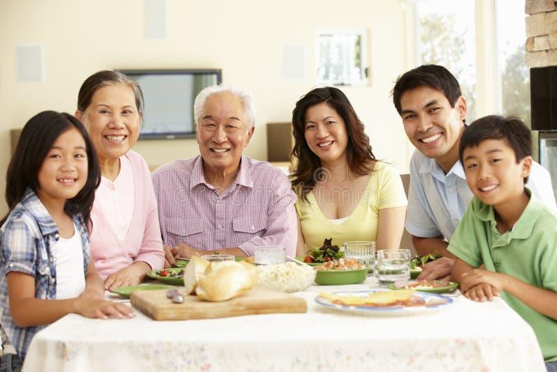 Aziatische familie die maaltijd thuis delen royalty-vrije stock foto's