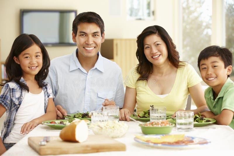 Aziatische familie die maaltijd thuis delen royalty-vrije stock fotografie