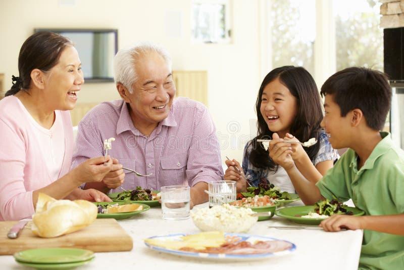Aziatische familie die maaltijd thuis delen royalty-vrije stock afbeeldingen