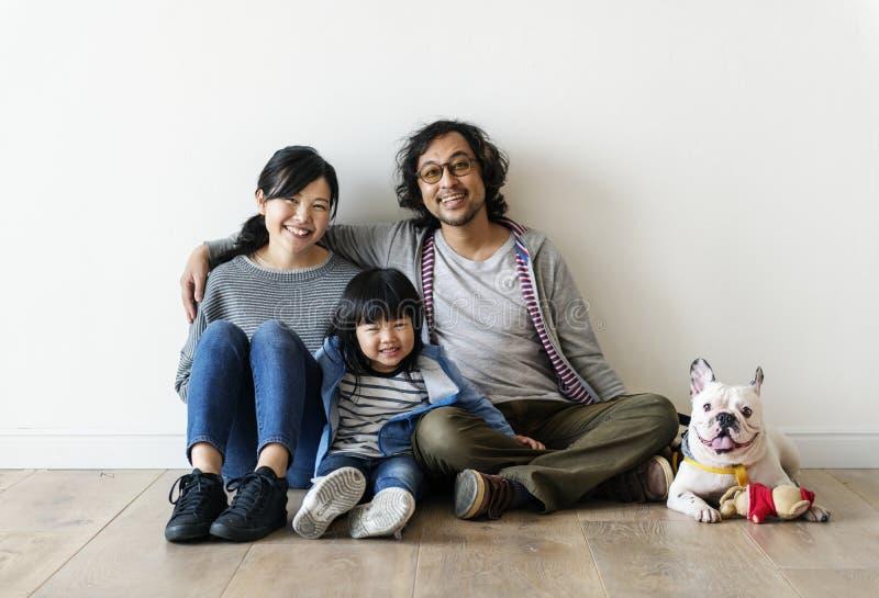 Aziatische familie die nieuw huis kopen royalty-vrije stock foto's