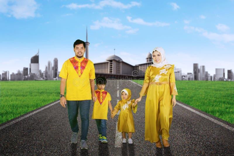 Aziatische familie die samen op de weg lopen royalty-vrije stock afbeeldingen