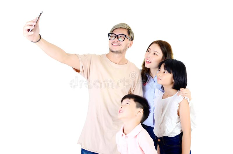 Aziatische familie die zelfportret nemen stock fotografie