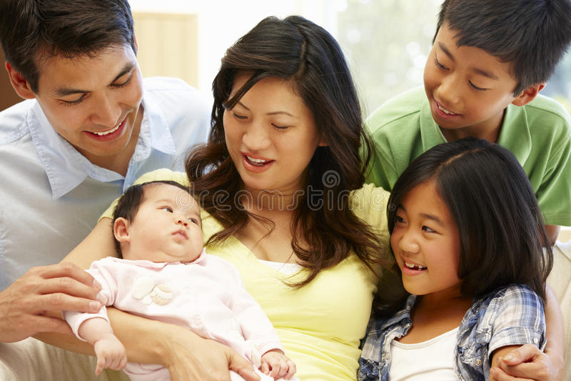 Aziatische familie met baby stock afbeeldingen