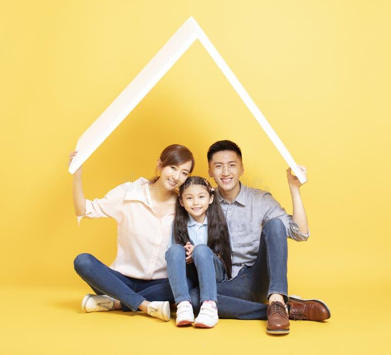 Aziatische familie in nieuw huis met dakconcept royalty-vrije stock afbeeldingen