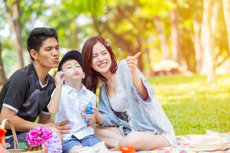 Aziatische Familie samen enojy bij de groene vakantie van de parkvakantie stock afbeelding