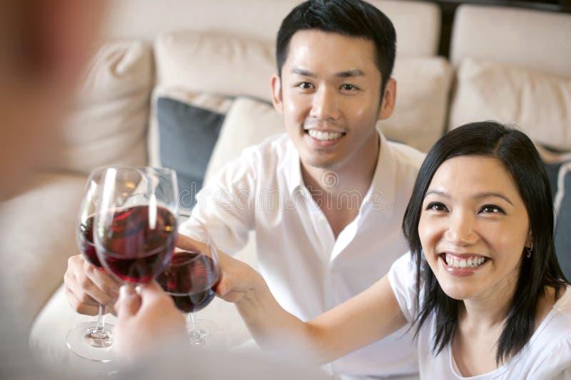 Aziatische familievrienden stock foto's