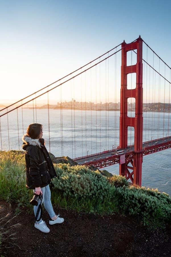Aziatische fotograaf in Golden gate bridge royalty-vrije stock afbeeldingen