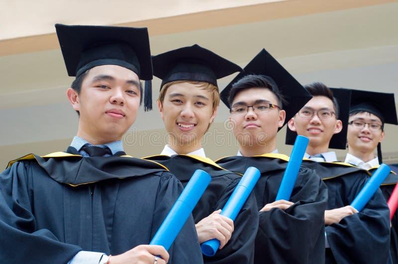 Aziatische gediplomeerde studenten royalty-vrije stock fotografie
