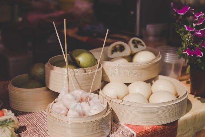 Aziatische gestoomde broodjes in bamboestoomboten bij de markt van het straatvoedsel royalty-vrije stock foto's