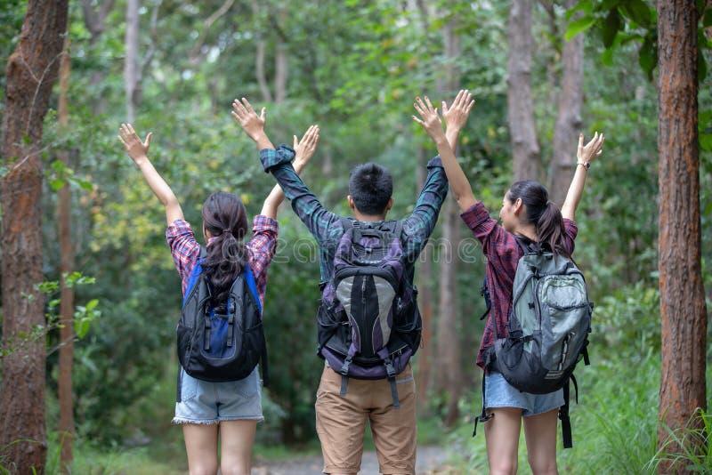 Aziatische Groep jongeren die met walkin vriendenrugzakken wandelen stock foto