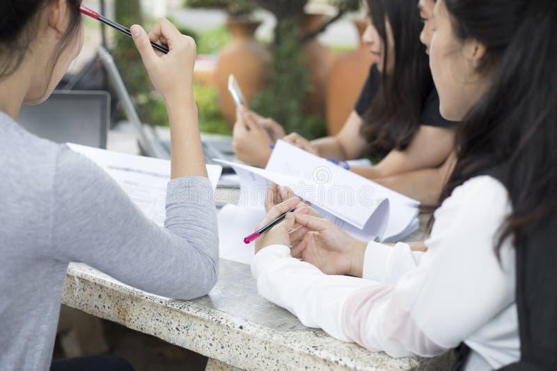 Aziatische Groep studenten die tablet en notitieboekje gebruiken die met t delen royalty-vrije stock afbeeldingen