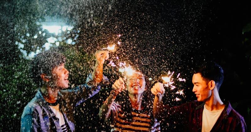 Aziatische groep vrienden die het openluchttuinbarbecue lachen w hebben royalty-vrije stock fotografie