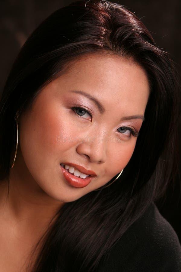 Aziatische headshon op dark stock foto's