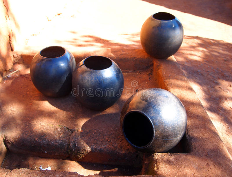 Aziatische het drinken potten Afrikaans traditioneel etnisch aardewerk royalty-vrije stock fotografie