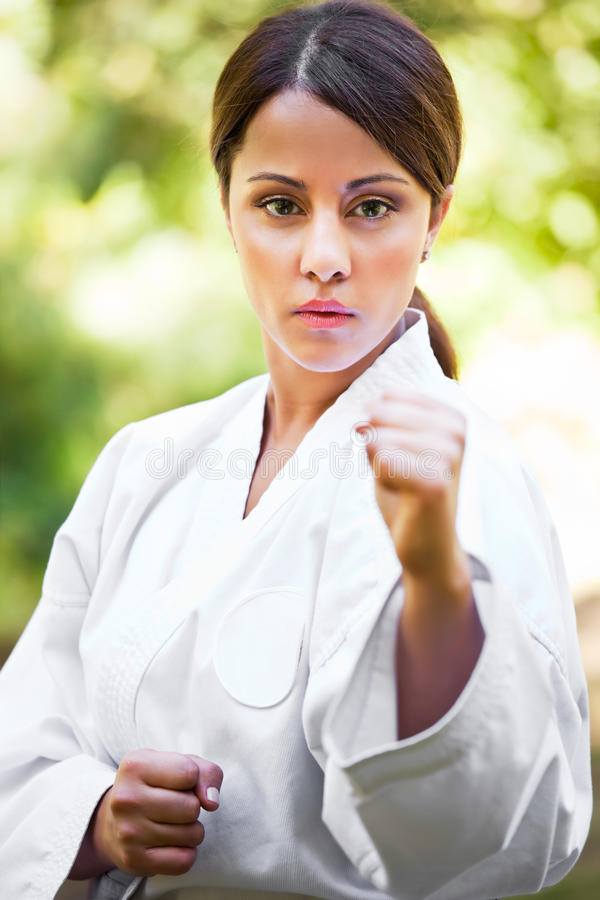 Aziatische het praktizeren karate stock afbeelding