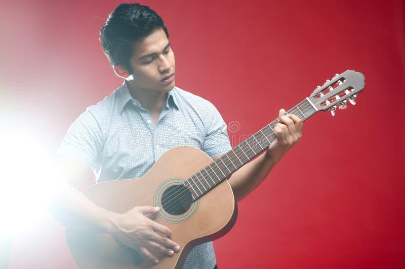 Aziatische het spelen van de Student gitaar royalty-vrije stock afbeelding