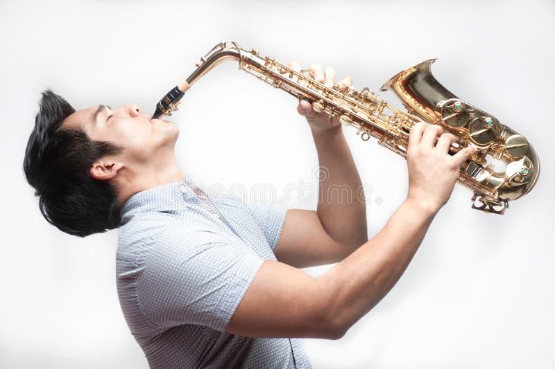Aziatische het spelen van de Student saxofoon royalty-vrije stock afbeeldingen