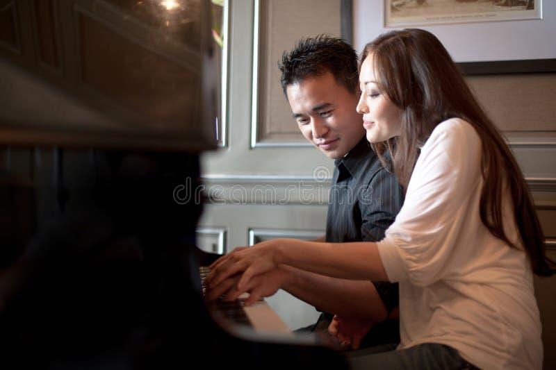 Aziatische het Spelen van het Paar Piano 2 royalty-vrije stock foto