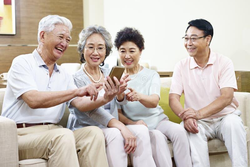 Aziatische hogere mensen die een goede tijd hebben royalty-vrije stock afbeeldingen