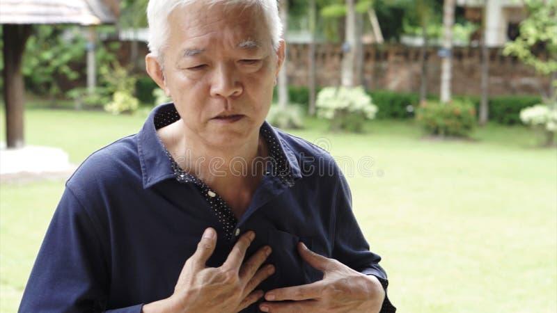 Aziatische hogere van de de pijnhartaanval van de mensenborst de slaggezondheidszorg royalty-vrije stock fotografie