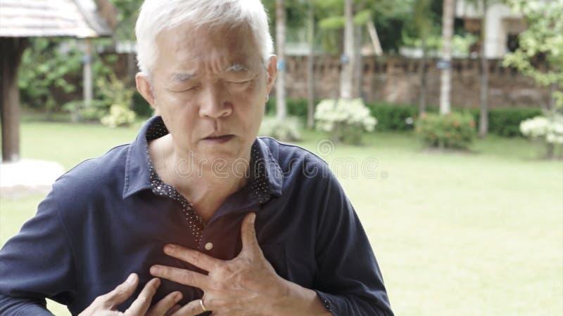 Aziatische hogere van de de pijnhartaanval van de mensenborst de slaggezondheidszorg royalty-vrije stock foto