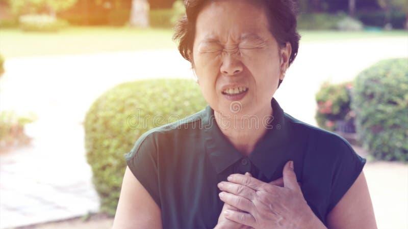 Aziatische hogere van de de pijnhartaanval van de vrouwenborst de slaggezondheidszorg stock afbeeldingen