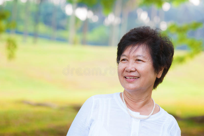 Aziatische hogere vrouw stock foto
