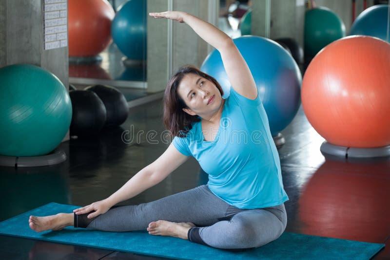 Aziatische Hogere vrouw die yoga in geschiktheidsgymnastiek doen het oude dame uitoefenen Oude vrouwelijke training Rijpe vette s royalty-vrije stock foto