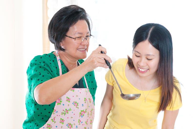 Aziatische hogere vrouw en dochter royalty-vrije stock foto